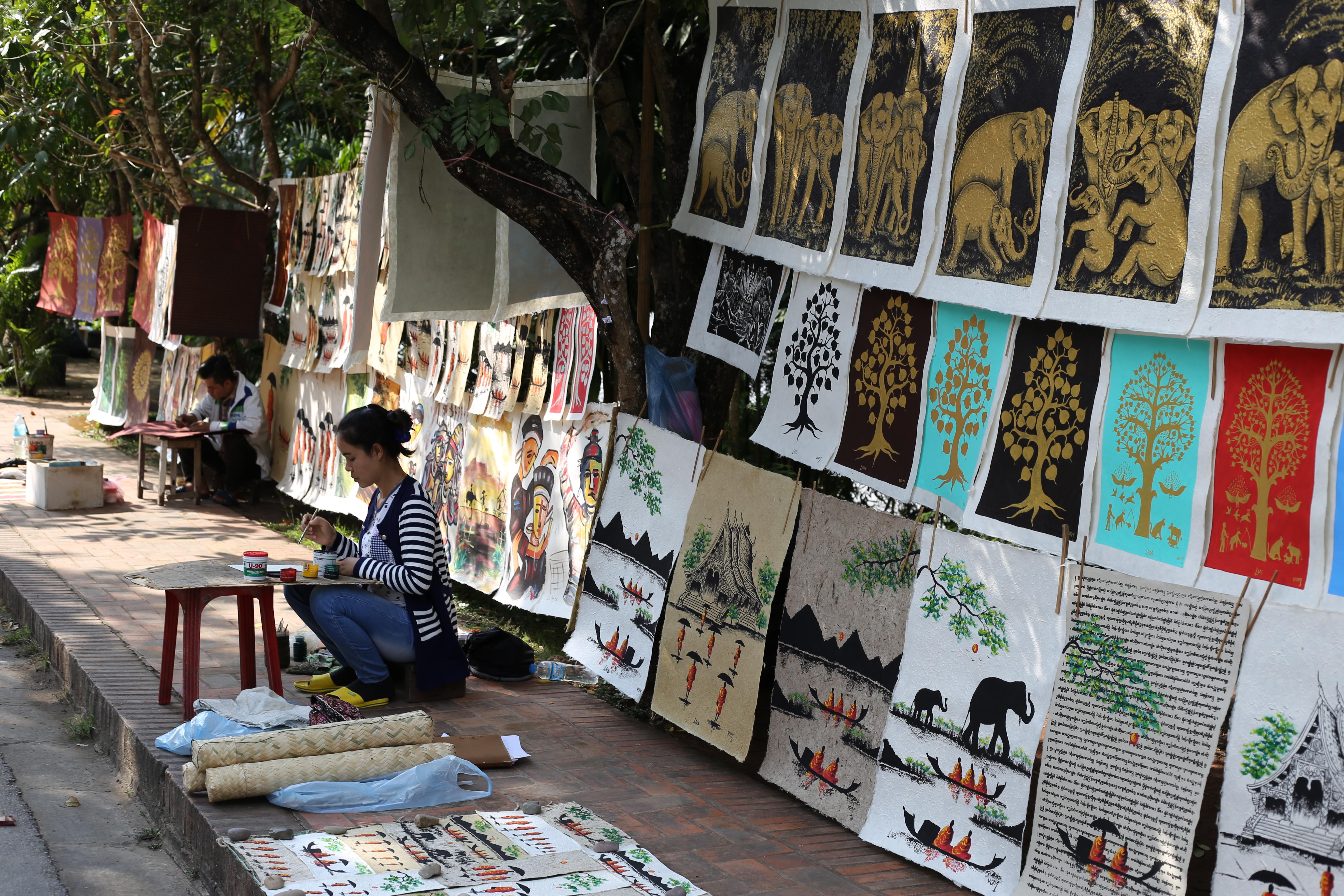 Artistas de rua em Luang Prabang. (Foto: Nathalia Tavolieri / Viagem em Detalhes)