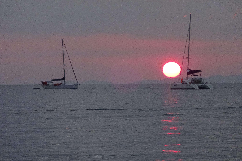 Sol caindo no mar, em Tonsai. (Foto: Nathalia Tavolieri / Viagem em Detalhes)