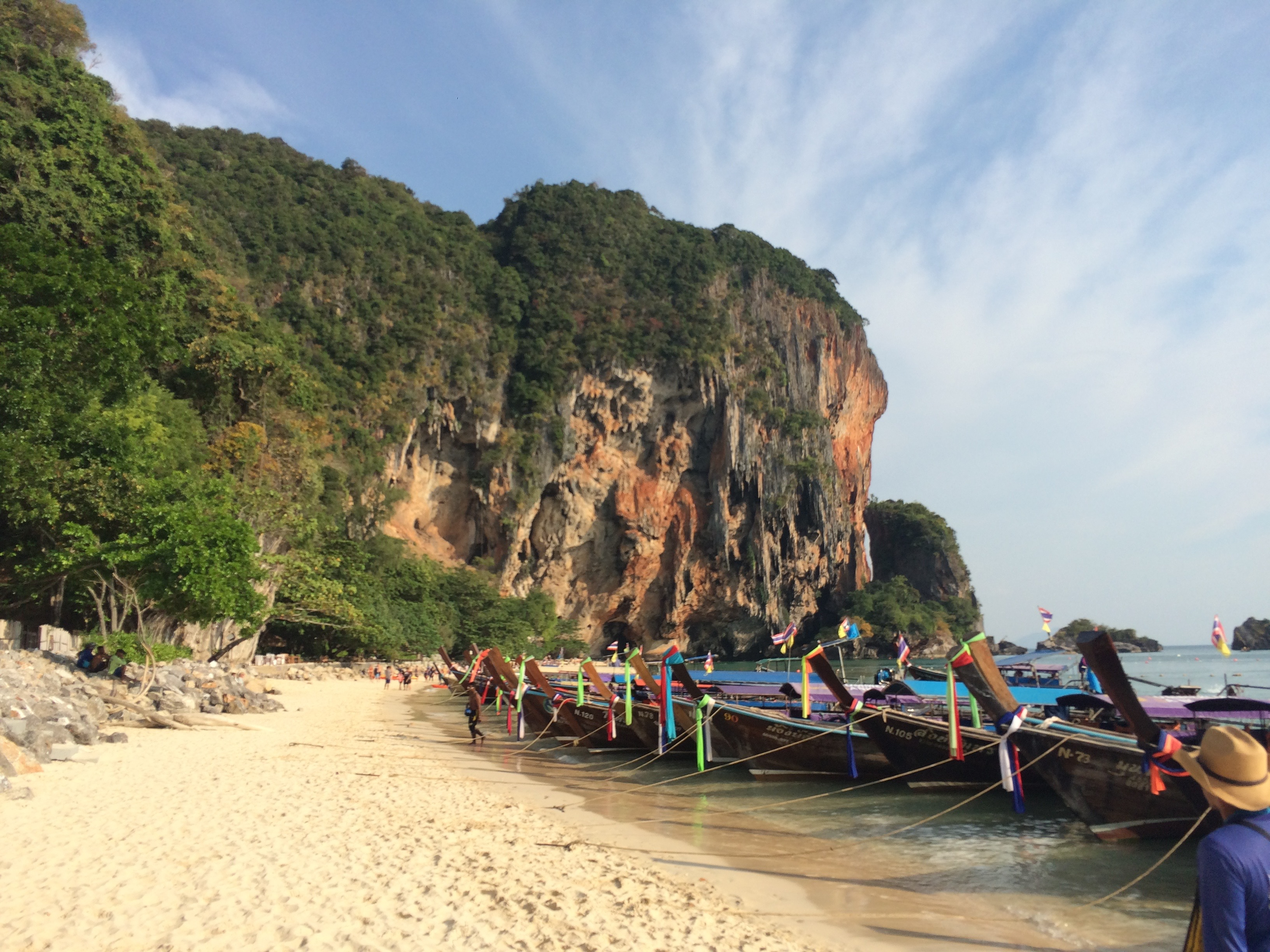 Long tail boats em Phra Nang Beach. (Foto: Nathalia Tavolieri / Viagem em Detalhes)