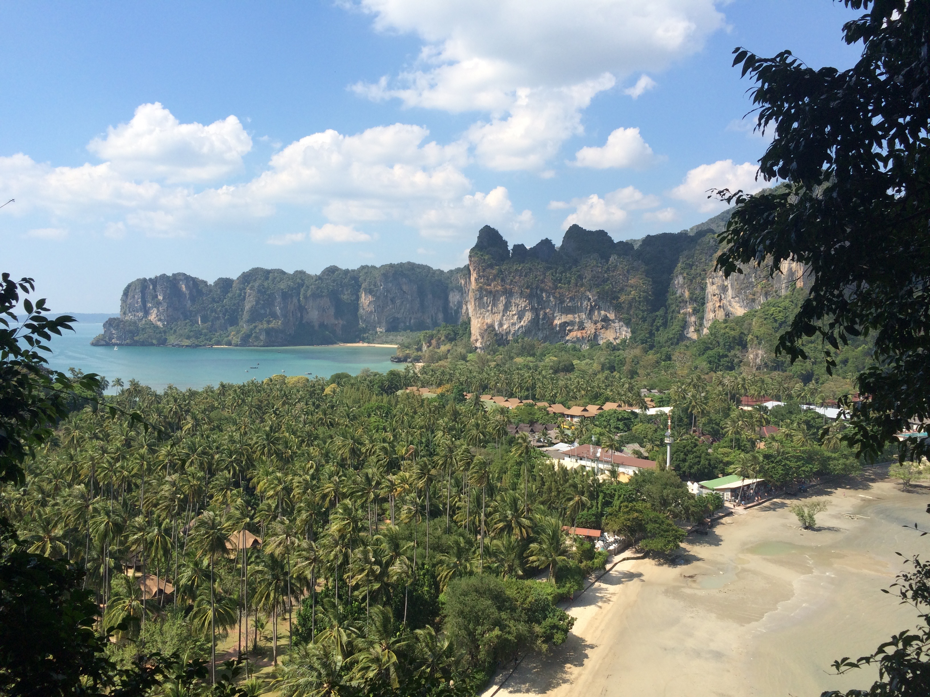 Vista do Viewpoint de Phra Nang. A praia da direita é Railay East, que serve de píer. (Foto: Nathalia Tavolieri)