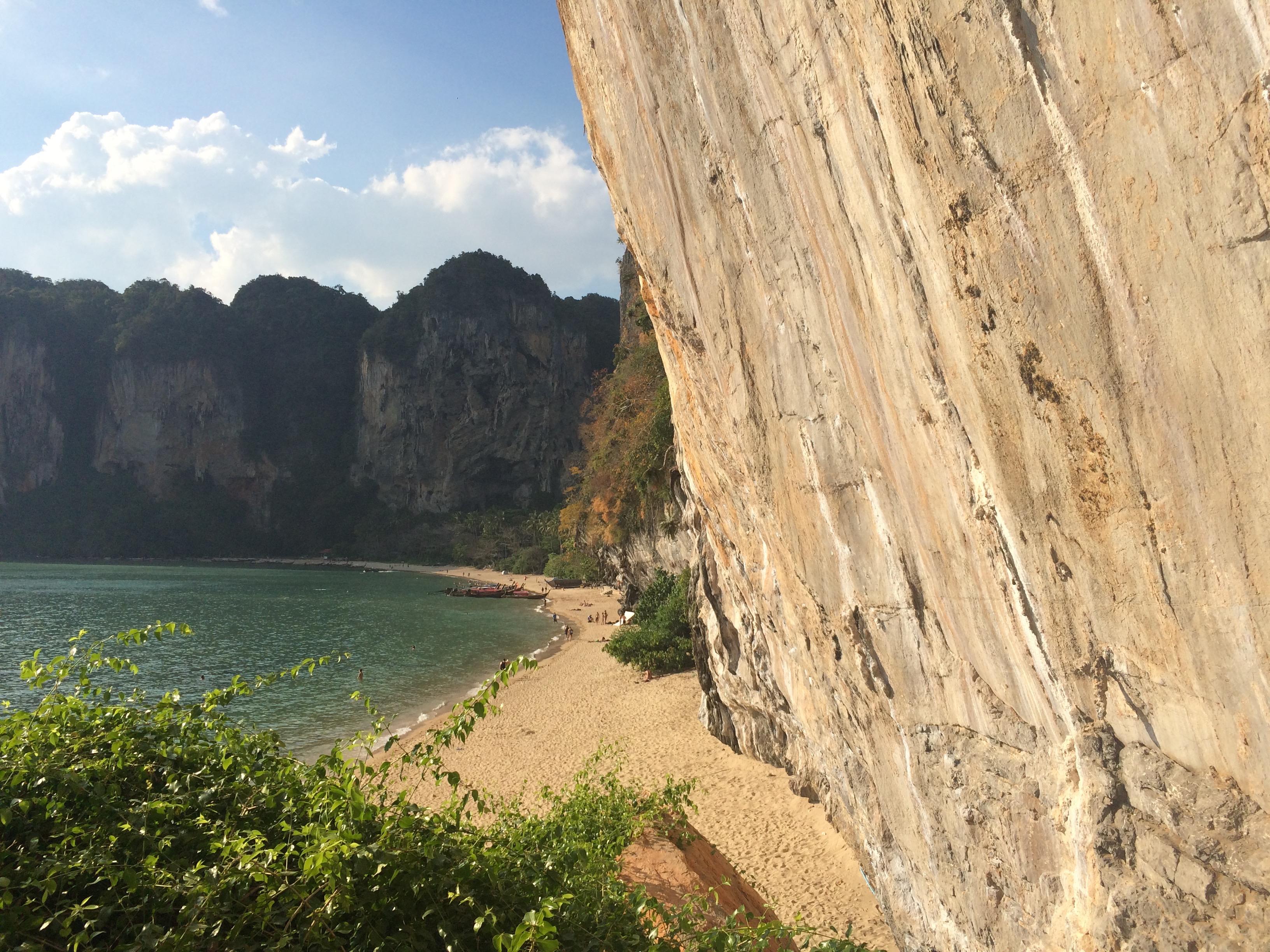 Tonsai e seus paredões rochosos. (Foto: Nathalia Tavolieri / Viagem em Detalhes)