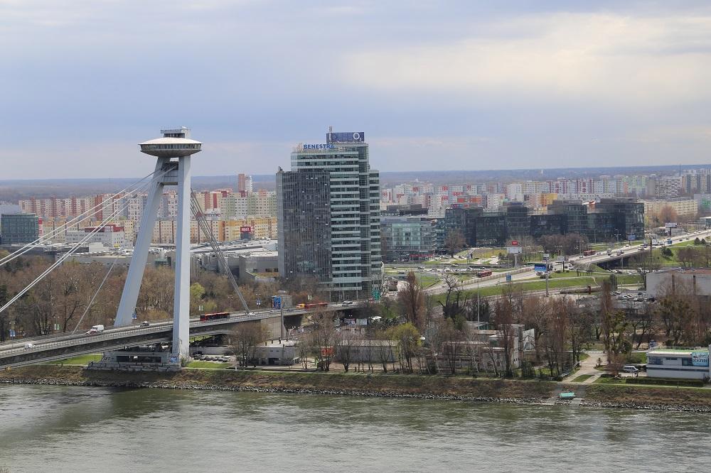 Ponte Nový most, vista do alto do castelo. Em cima funciona o restaurante UFO, a 87m de altura (Foto: Nathalia Tavolieri / Viagem em Detalhes)