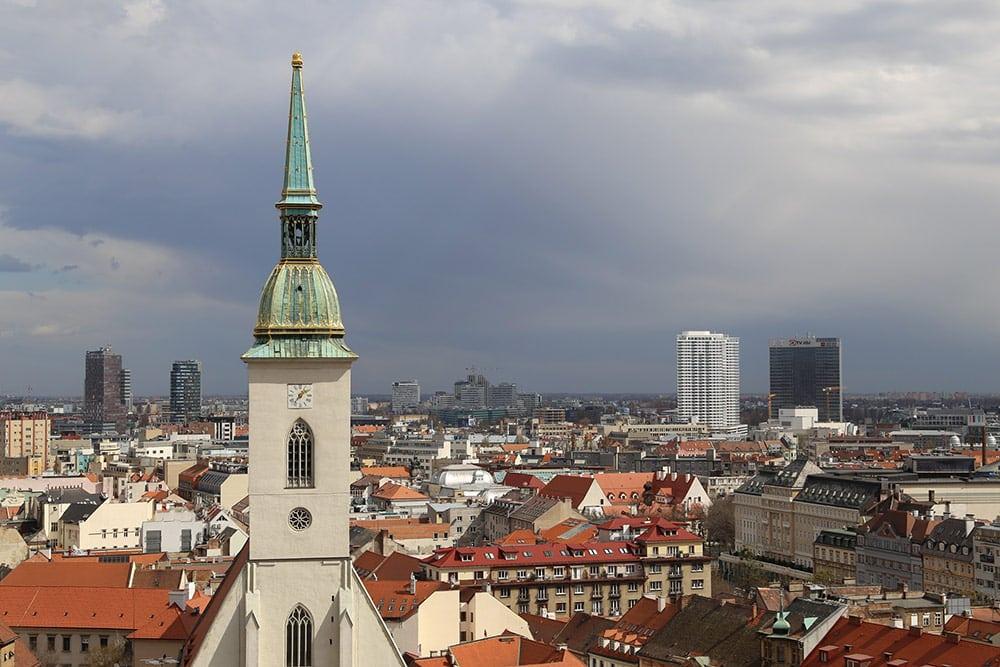 A Catedral de São Martinho é um passeio imperdível para quem vai visitar Bratislava! Descubra a melhor maneira de fazer um bate e volta para a cidade a partir de Viena nesse post!
