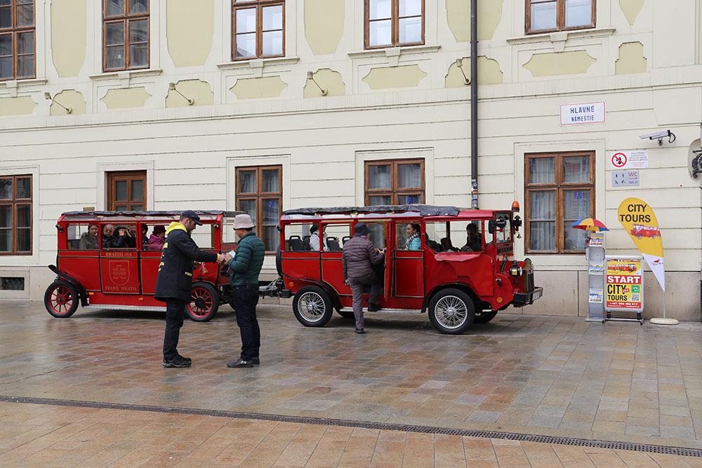 Esse trenzinho vermelho passa por todos os pontos turísticos de Bratislava, uma ótima cidade para fazer bate e volta a partir de Viena! Conheça mais sobre essa viagem no post!