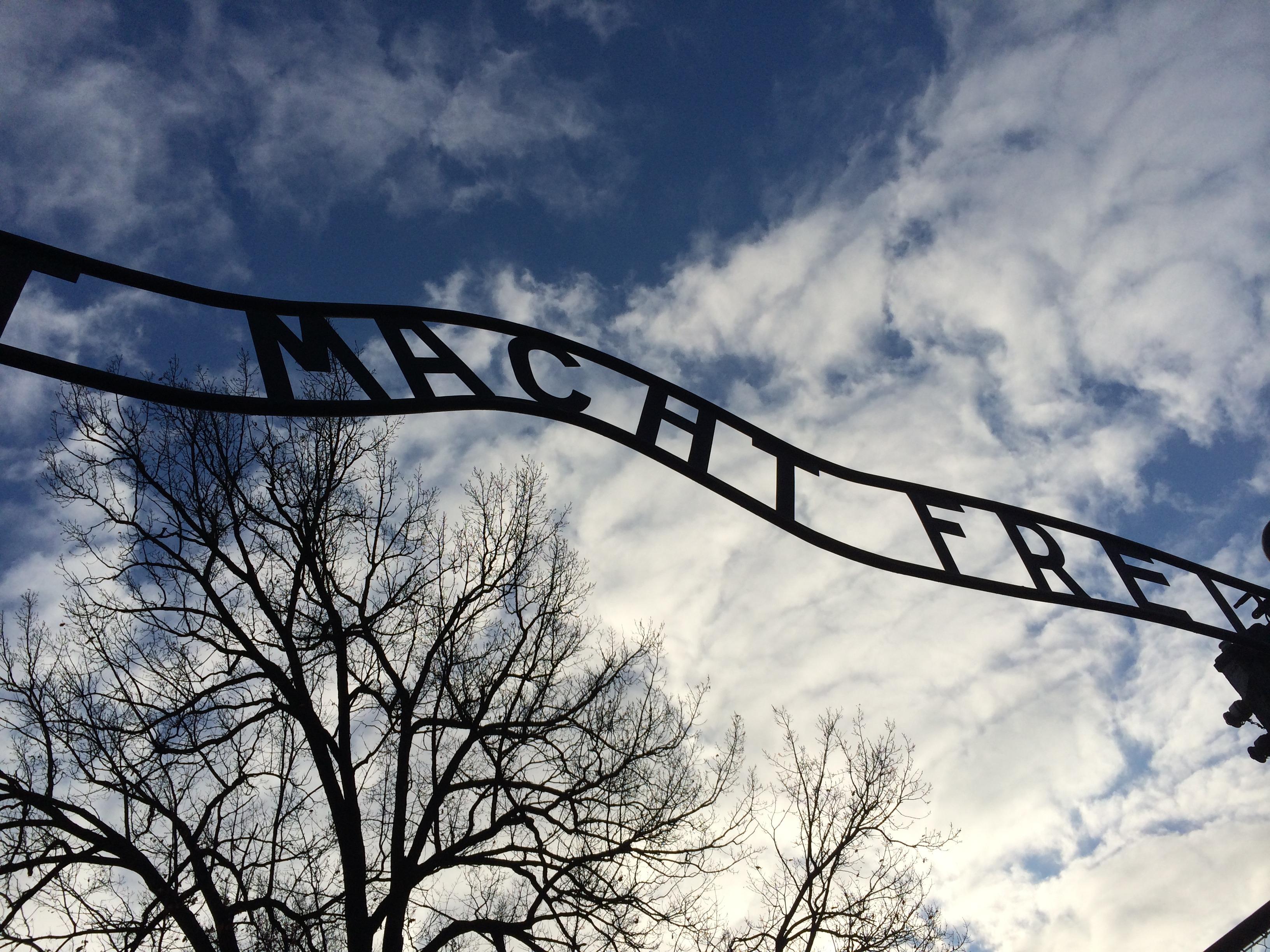 """""""Arbeit macht frei"""" (algo como """"o trabalho liberta"""") - frase presente em todos os campos de concentração nazistas. (Foto: Nathalia Tavolieri)"""
