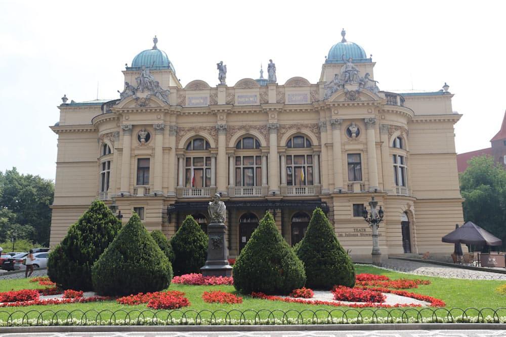 Conheça o Teatro Juliusz Slowacki ao fazer um walking tour pela Cracóvia no inverno! Veja o que mais fazer na cidade nesse post!