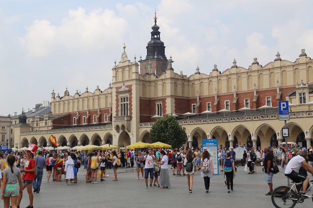 Praça do Mercado em Cracóvia no verão! Conheça mais atividades para fazer na cidade no post!