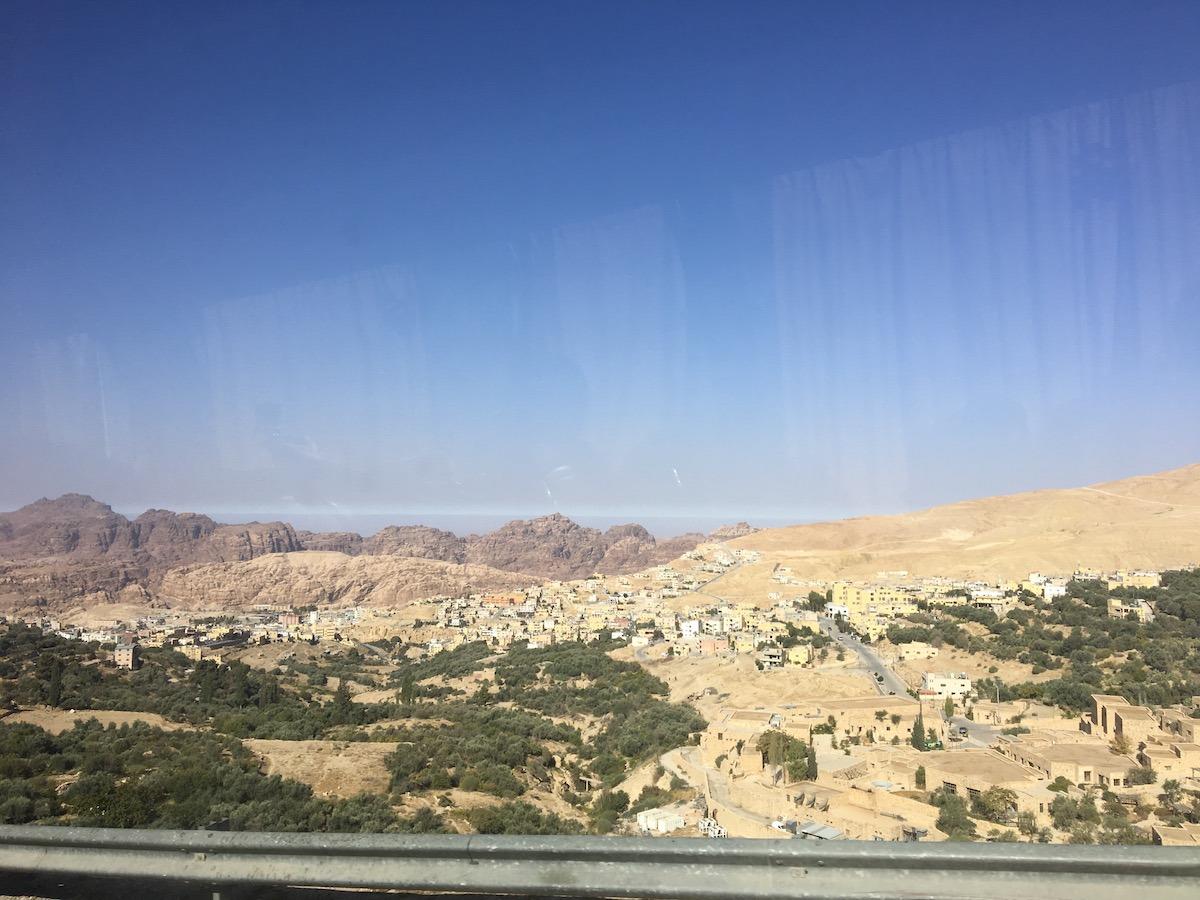 Vista da janela do ônibus a caminho de Petra. (Foto: Nathalia Tavolieri)
