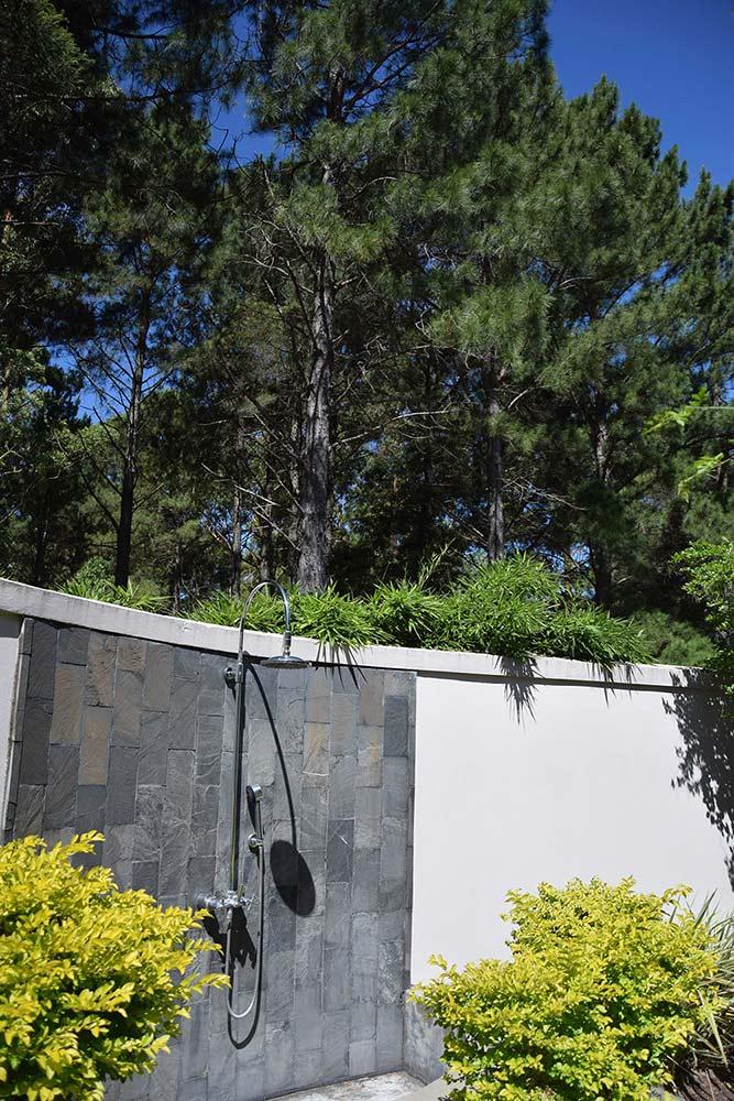 A ducha externa do quarto no Hyatt Carmelo, região vinícola do Uruguai, foi projetada para que os hóspedes continuem em contato com a natureza dentro do quarto! Conheça mais sobre esse hotel incrível no post!