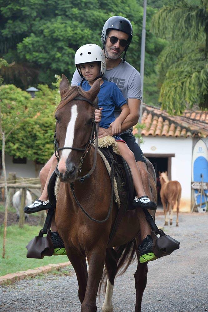 O passeio com cavalos é um dos principais atrativos da Fazenda Capoava! Conheça mais sobre o hotel no post!