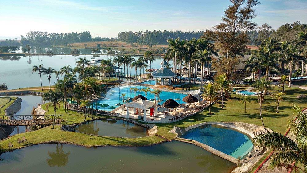 Vista aérea do Mavza Resort, um dos melhores hotéis para ir com crianças perto de São Paulo. Conheça outros no post!