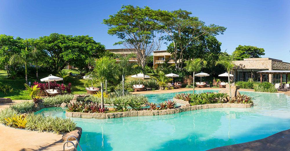 Piscina do Santa Clara Ecoresort, um dos melhores hotéis para ir com crianças perto de São Paulo. Conheça mais no post!