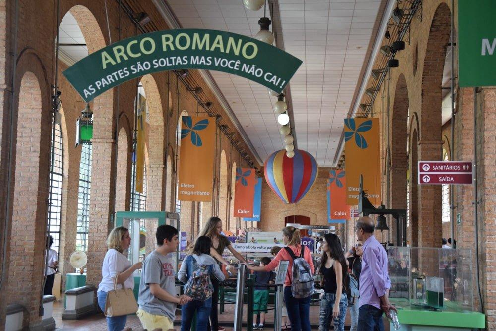 A área Engenho no Museu Catavento é cheia de invenções legais! Conheça mais sobre esse passeio para fazer com crianças em São Paulo no post!