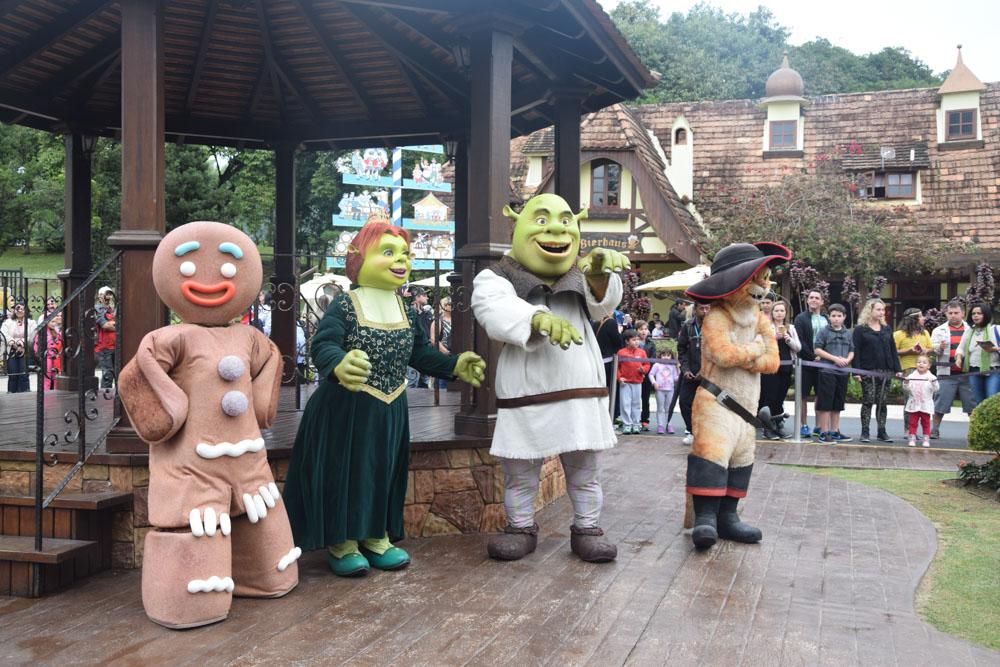 Vila Germânica com os personagens do Shrek no Beto Carrero! Veja quem mais você pode encontrar por lá nesse post!