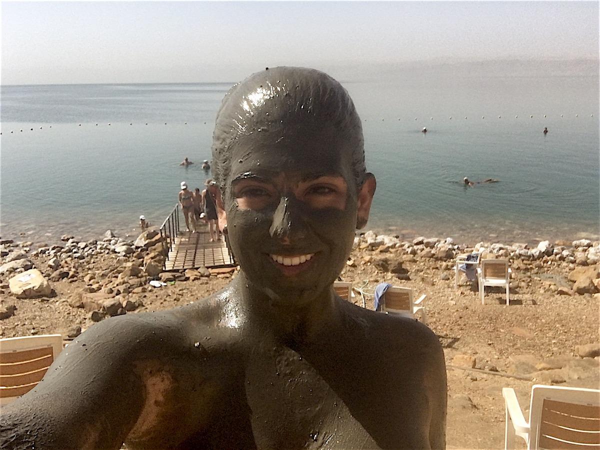 """Na beira do mar, há um pote com lama do Mar Morto para se lambuzar dos pés à cabeça. Deixe """"secar"""" por 20 minutos e depois é só lavar o corpo no mar. (Foto: Nathalia Tavolieri)"""