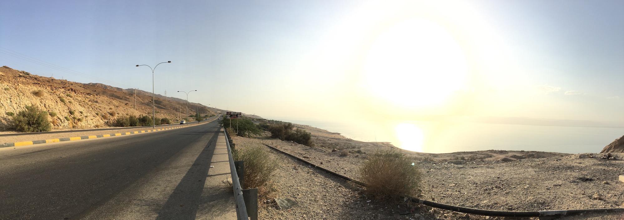 Caminhei 2 km pelo acostamento da estrada entre Amman Beach e o Mövenpick. (Foto: Nathalia Tavolieri)