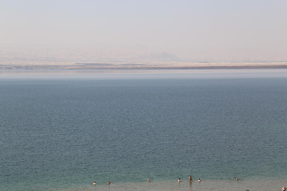 Nadar nas águas do Mar Morto foi uma das sensações mais revigorantes da minha vida! (Foto: Nathalia Tavolieri)