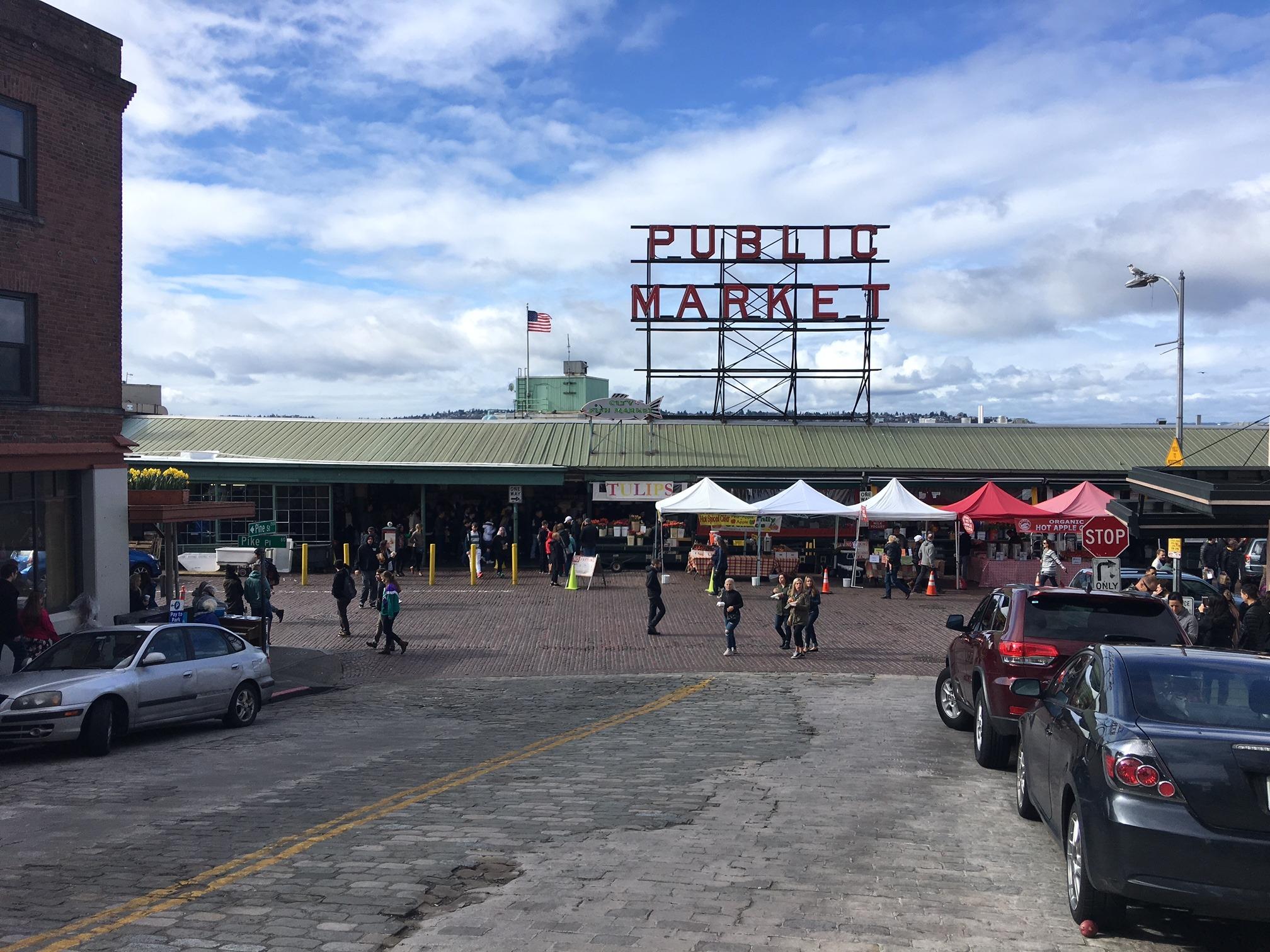 O Pike Market, mercado público famoso da cidade, é cheio de barraquinhas e flores, uma delícia de passeio! Conheça outras atrações legais de Seattle nesse post!
