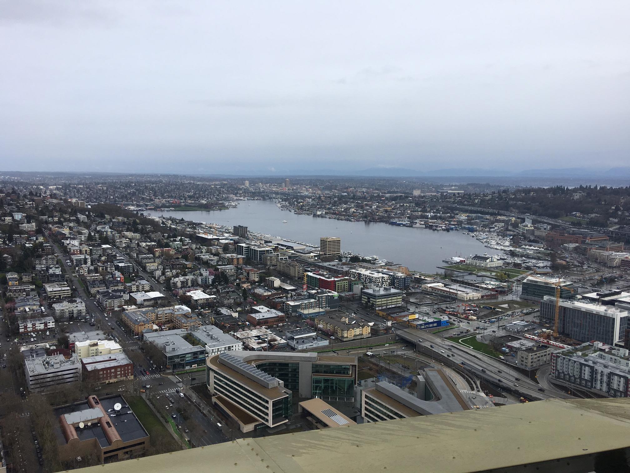 A Space Needle, cartão postal da cidade, é parada obrigatória para quem vai visitar Seattle pela primeira vez! Confira um roteiro de um final de semana nesse post!